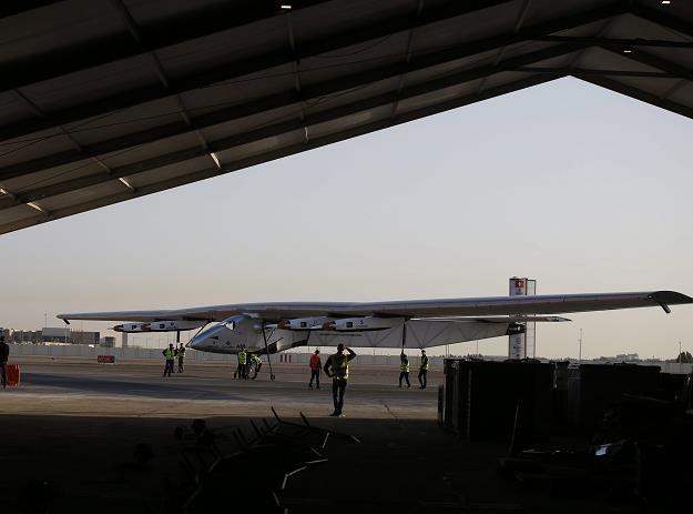 Solar Impulse 2 na lotnisku w Abu Zabi /EPA