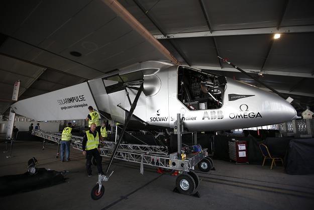 Solar Impulse 2 w hangarze na lotnisku w Abu Zabi /EPA