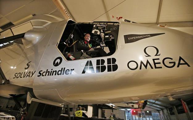 Solar Impulse 2 z Bertrandem Piccardem za sterami /EPA