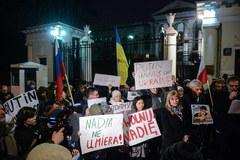 Solidarni z Nadią Sawczenko. Demonstracja przed rosyjską ambasadą w Warszawie