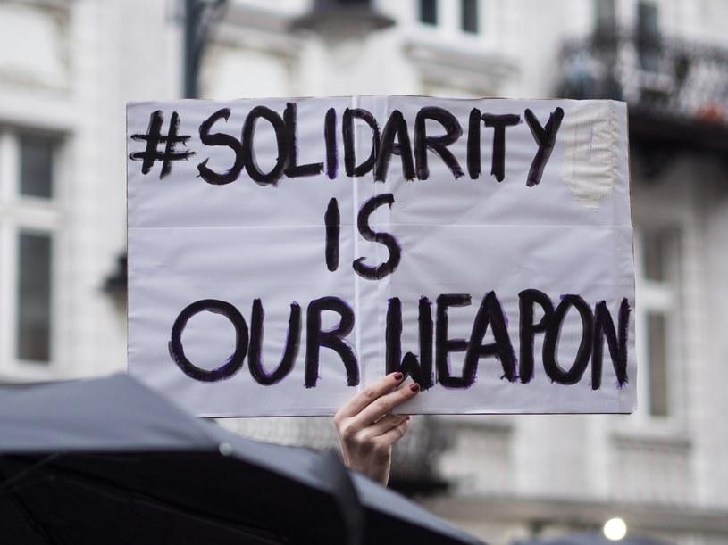 """""""Solidarność naszą bronią"""" to jedno z haseł Międzynarodowego Strajku Kobiet /MIKOLAJ ZACHAROW/REPORTER /East News"""