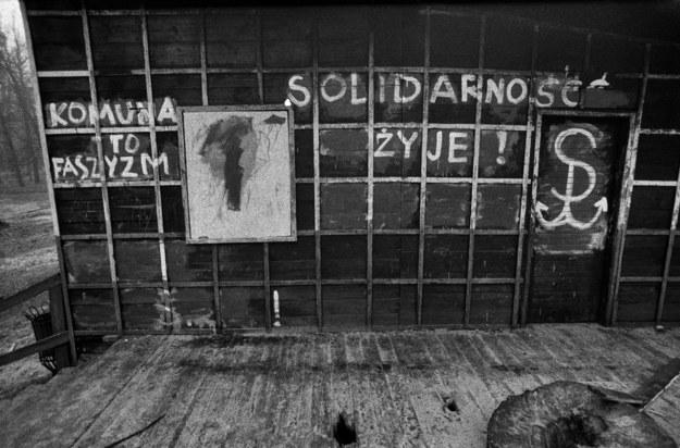 """""""Solidarność żyje"""" - rok 1982, Warszawa. /Piotr Cieśla /Agencja FORUM"""