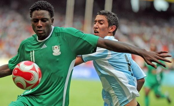 Solomon Okoronkwo (z lewej) w 2008 roku w reprezentacji Nigerii /AFP