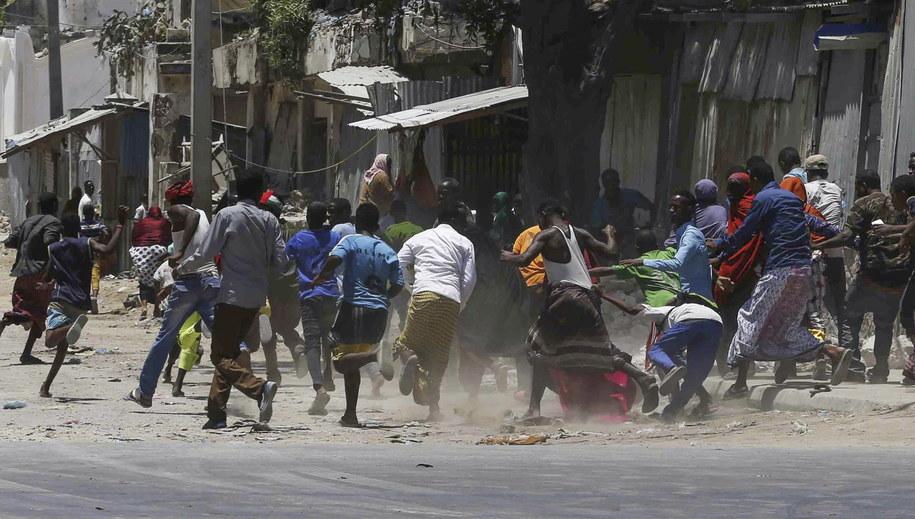 Somalijczycy uciekają po usłyszeniu eksplozji /SAID YUSUF WARSAME /PAP/EPA