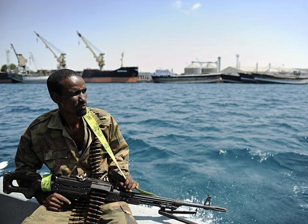 Somalijski strażnik graniczny wypływa na patrol w poszukiwaniu morskich piratów /AFP