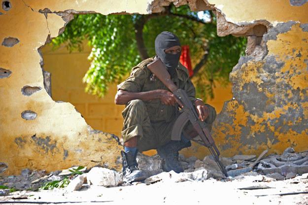 Somalijski żołnierz w miejscu jednego z zamachów (zdjęcie ilustracyjne) /Mohamed Abdiwahab /AFP