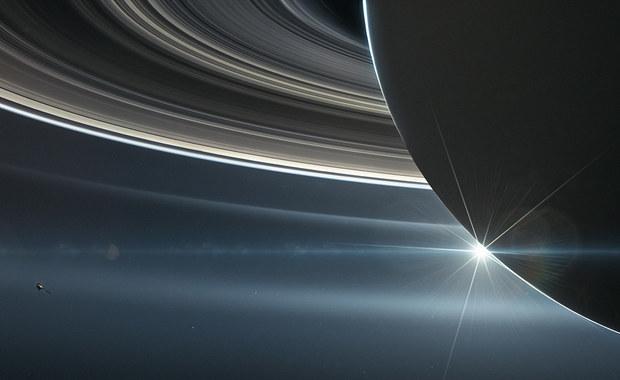 Sonda Cassini odkryła nad Saturnem lodowy deszcz. Trochę przykurzony...