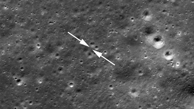 Sonda Chang'e-4 wylądowała na Księżycu dokładnie między wskazującymi strzałkami /NASA