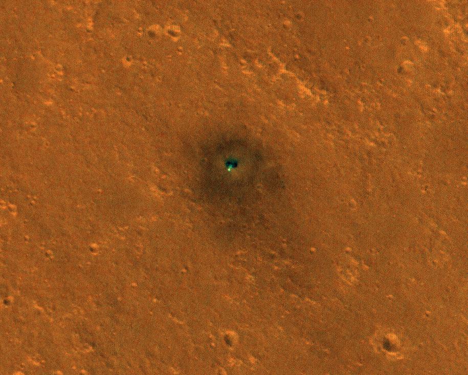 Sonda inSight widoczna z orbity Marsa /NASA/JPL-Caltech/University of Arizona /Materiały prasowe