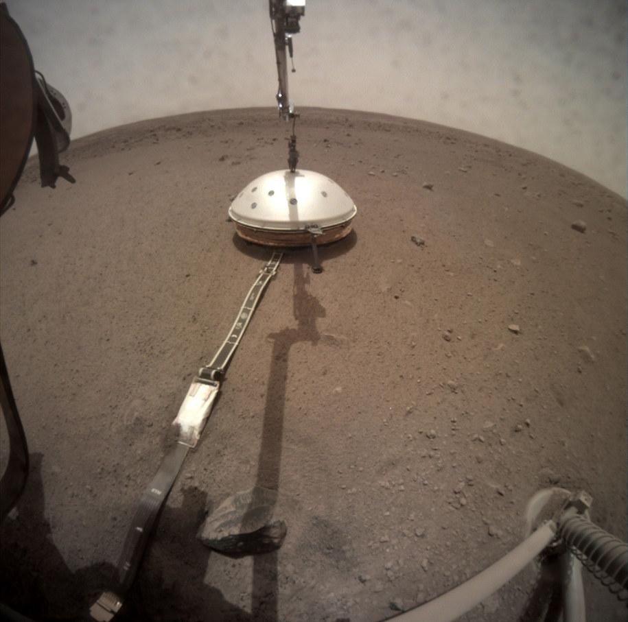 Sonda Insight założyła już osłonę na sejsmometr / NASA/JPL-Caltech /Materiały prasowe