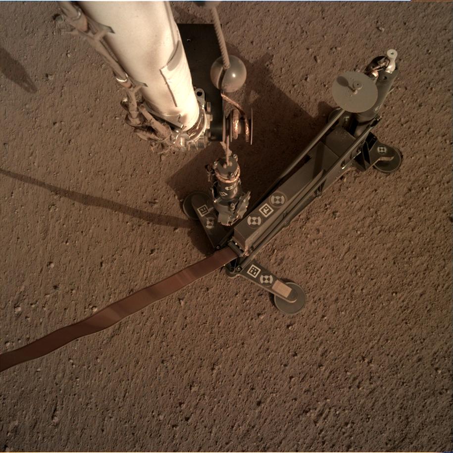 Sonda termiczna HP3 sfotografowana na powierzchni Marsa przez kamerę IDC (Instrument Deployment Camera) /NASA/JPL-Caltech /Materiały prasowe