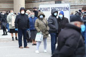 Sondaż CBOS: Ponad połowa ankietowanych boi się koronawirusa