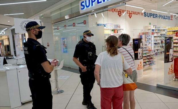 Sondaż: Polacy popierają kary za brak maseczki w sklepie i autobusie