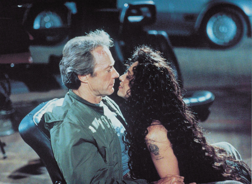 "Sonia Braga i Clint Eastwood w filmie ""Żółtodzób"" /East News"