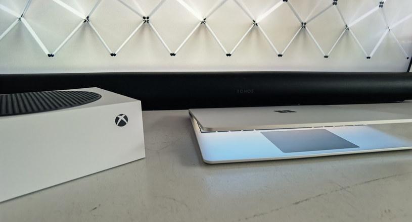 Sonos Arc, Xbox Series S (Arc bez problemu obsłuży Dolby Atmos oferowany przez Series S) i Microsoft Surface Laptop Go /INTERIA.PL