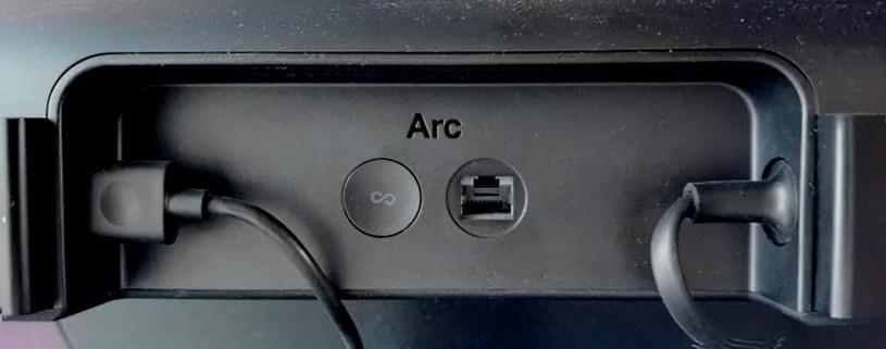 Sonos Arc  - z tyłu pełny minimalizm: port zasilający, port HDMI, przycisk parowania i port ethernetowy /INTERIA.PL