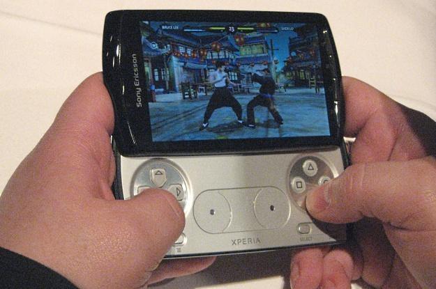 """Sony Ericsson Xperia Play - czyli długo oczekiwany """"telefon PlayStation"""" /INTERIA.PL"""