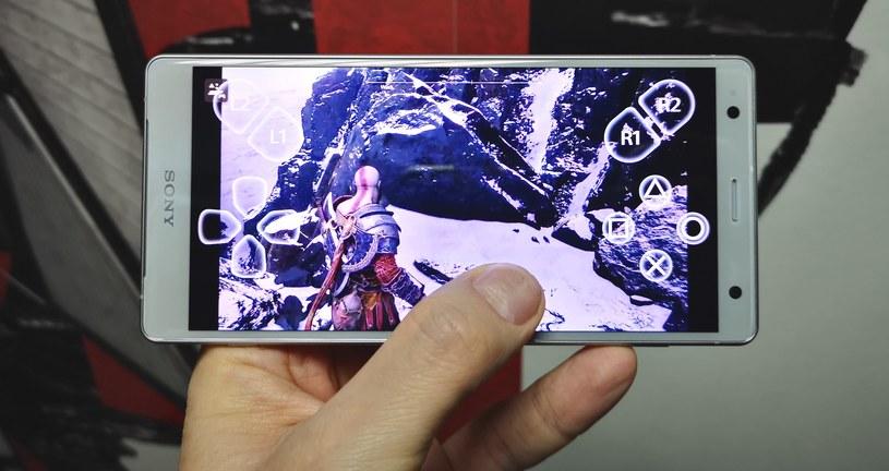 Sony Xperia XZ2 umożliwia grę bez pada, wirtualne przyciski pojawiają się na ekranie. Widoczność, niestety, zostaje oczywiście ograniczona /INTERIA.PL