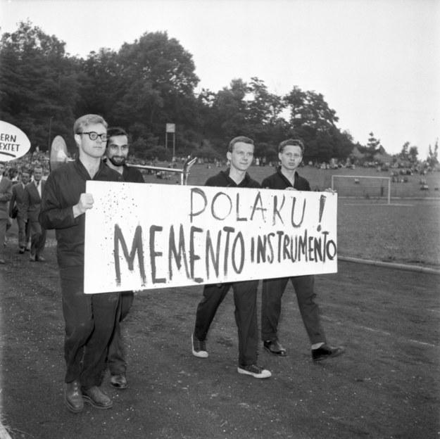 Sopot, Członkowie Sextetu Krzysztofa Komedy: Krzysztof Komeda (L), Jan Zylber (2L), Jerzy Milian (3L) podczas pochodu rozpoczynającego II Festiwal Muzyki Jazzowej, odbywającego się w dniach 14-21 lipca 1957. /Janusz Uklejewski /PAP
