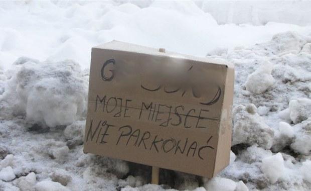 Sopot: Mieszkańcy rezerwują sobie odśnieżone miejsca parkingowe
