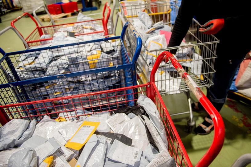 Sortowanie przesyłek z Chin. Zdjęcie ilustracyjne /Daniel Dmitriew /Agencja FORUM