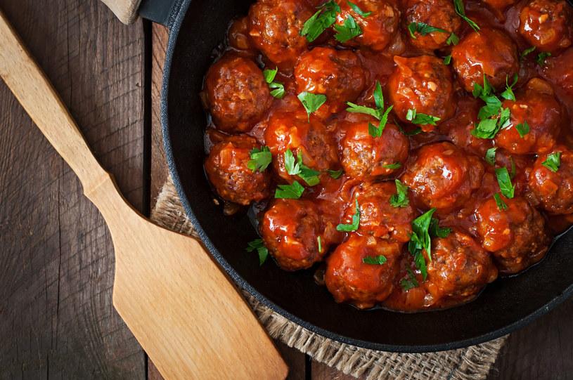 Sos pomidorowy będzie świetnie komponował się z mięsnymi klopsikami /123RF/PICSEL
