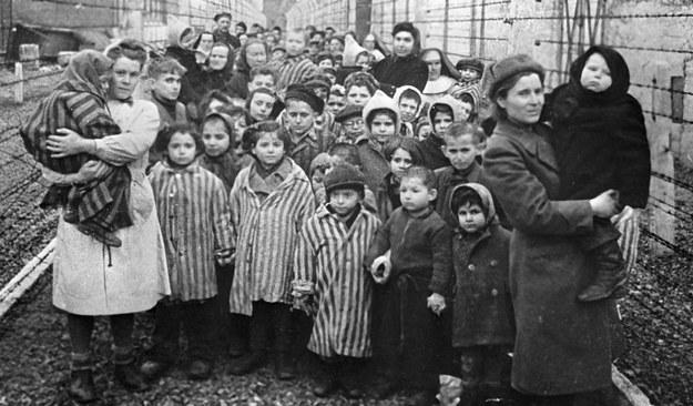 Sowieccy lekarze i przedstawiciele Czerwonego Krzyża wśród najmłodszych więźniów Auschwitz w czasie wyzwolenia obozu /SPUTNIK Russia /East News