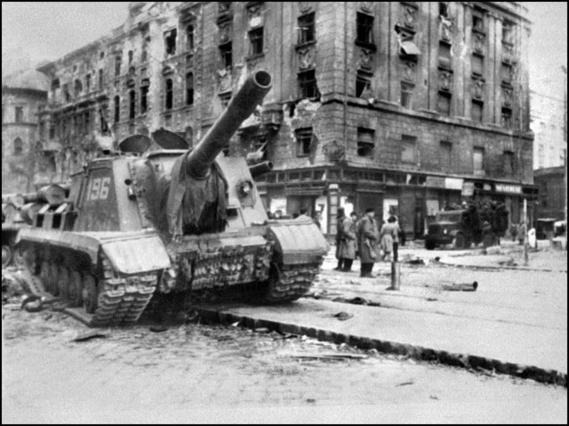 Sowiecki czołg na ulicach Budapesztu w 1956 roku /AFP