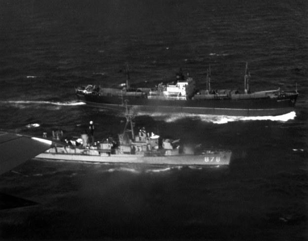 """Sowiecki frachtowiec """"Ivan Polzunov"""" jest pilnowany przez amerykańskiego niszczyciela """"Vesole"""". Zdjęcie wykonane w 1962 r. w czasie kryzysu kubańskiego. /Schulman-Sachs /PAP/DPA"""