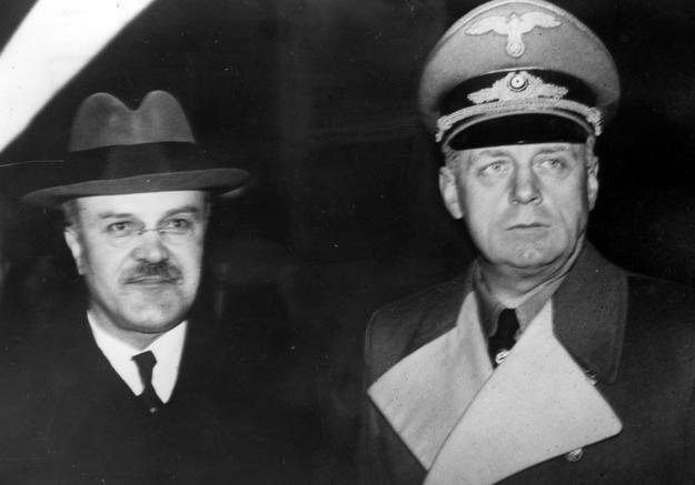 Sowiecki komisarz ludowy Wiaczesław Mołotow (z lewej) u ministra spraw zagranicznych III Rzeszy Joachima von Ribbentropa. Berlin, rok 1940. /Z archiwum Narodowego Archiwum Cyfrowego