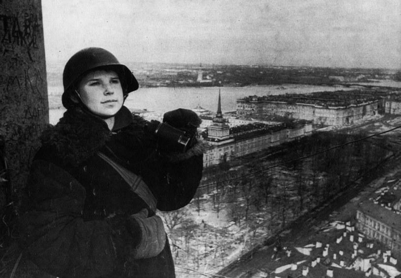 Sowieckie zdjęcie propagandowe z czasów oblężenia Leningradu /reprodukcja: Piotr Mecik /Agencja FORUM