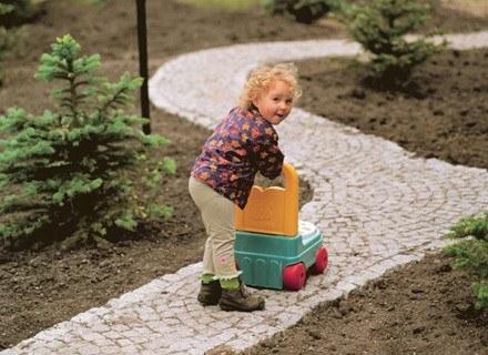 Spacer sprawia, że u dziecka o połowę maleje ryzyko otyłości /INTERIA.PL