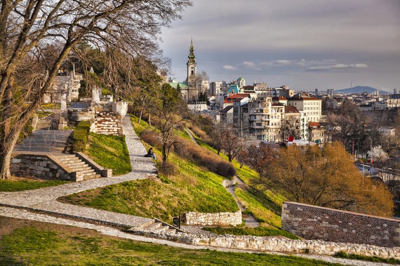 Spacerując po belgradzkiej starówce, poczujemy wyjątkowy klimat Bałkanów podczas wakacji w Serbii /123RF/PICSEL