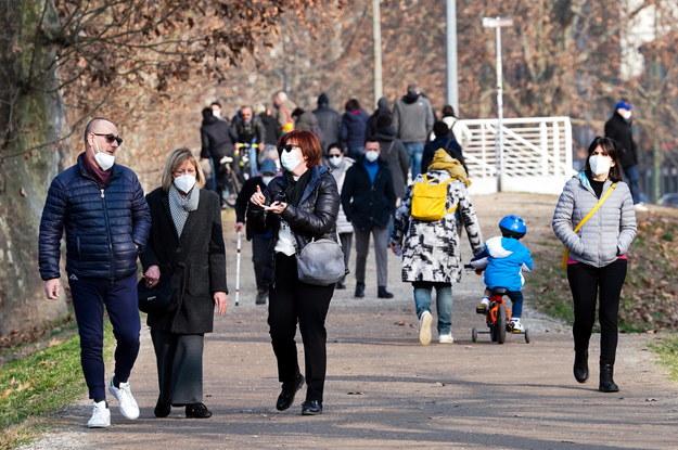 Spacerujący w jednym z parków w Turynie korzystają z wiosennej pogody /Tino Romano /PAP/EPA