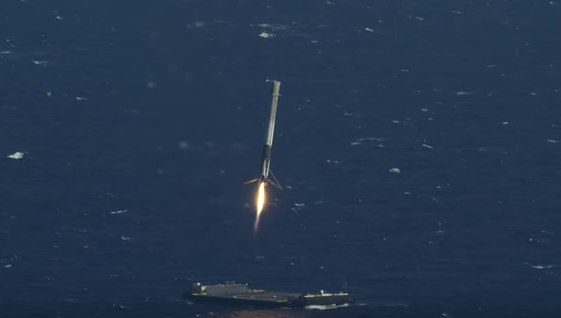 SpaceX - ułamki sekundy przed lądowaniem /materiały prasowe