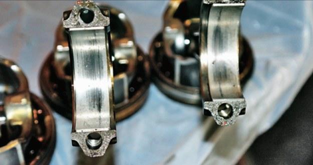 Spadek ciśnienia oleju powoduje wycieranie się panewek. Po pewnym czasie skutkuje to znacznym uszkodzeniem wału korbowego. /Motor