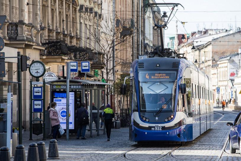 Spadek przychodów z tytułu podatków PIT i CIT oraz innych wpływów, na przykład z biletów komunikacji miejskiej, uszczuplił budżety samorządów. /Jan Graczyński /East News