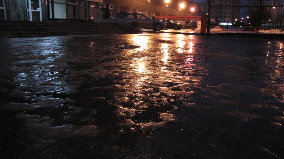 Spadek temperatury w nocy poniżej 0 st. może powodować, że na drogach i chodnikach będzie ślisko /Archiwum RMF FM