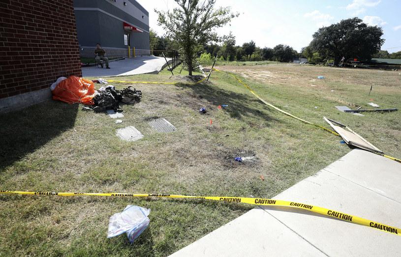 Spadochron i inne przedmioty po runięciu śmigłowca /Star-Telegram/Associated Press /East News