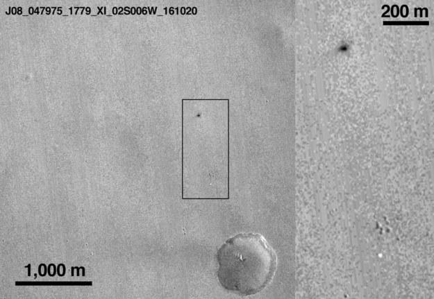 Spadochron i ślad upadku Schiaparellego na zdjęciu sondy MRO /NASA/JPL-Caltech/MSSS /materiały prasowe