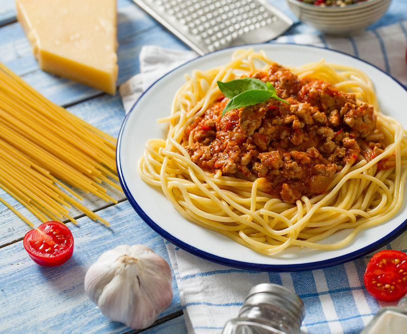 Spaghetti po bolońsku najlepiej smakuje z dodatkiem tartego sera /123RF/PICSEL