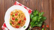 Spaghetti w pomidorach z czosnkiem i natką