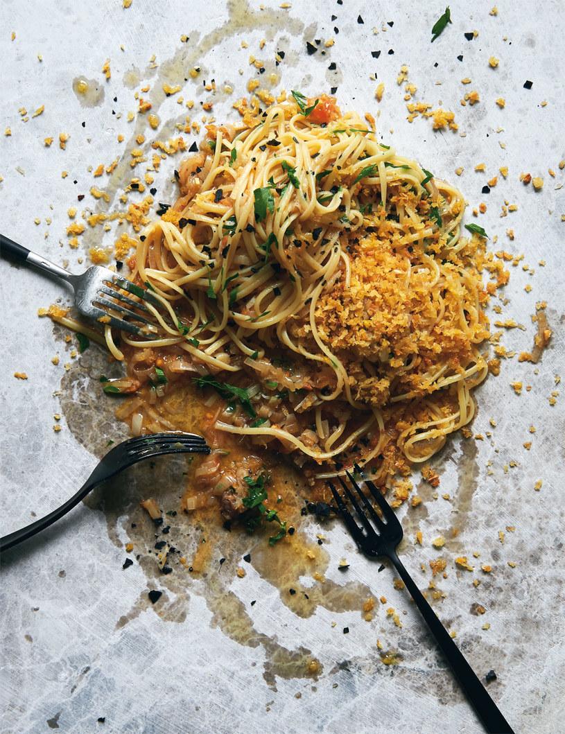 Spaghetti z anchois, pietruszką i czosnkową bułką tartą /Earl Carter /materiały prasowe
