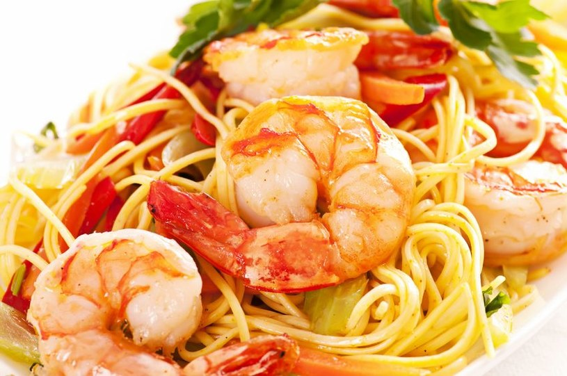 Spaghetti z krewetkami zrobisz w 20 minut! /123RF/PICSEL