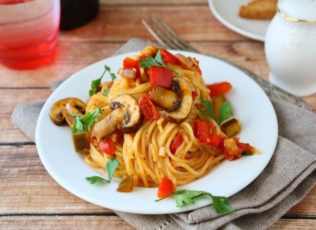 Spaghetti z papryką i grzybami /123RF/PICSEL