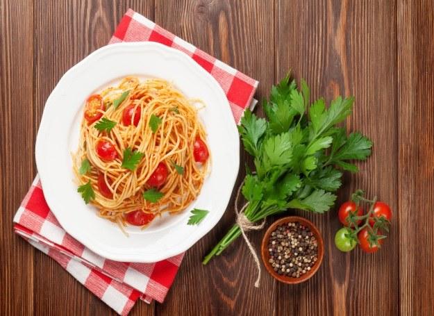 Spaghetti z pomidorami i natką pietruszki /123RF/PICSEL