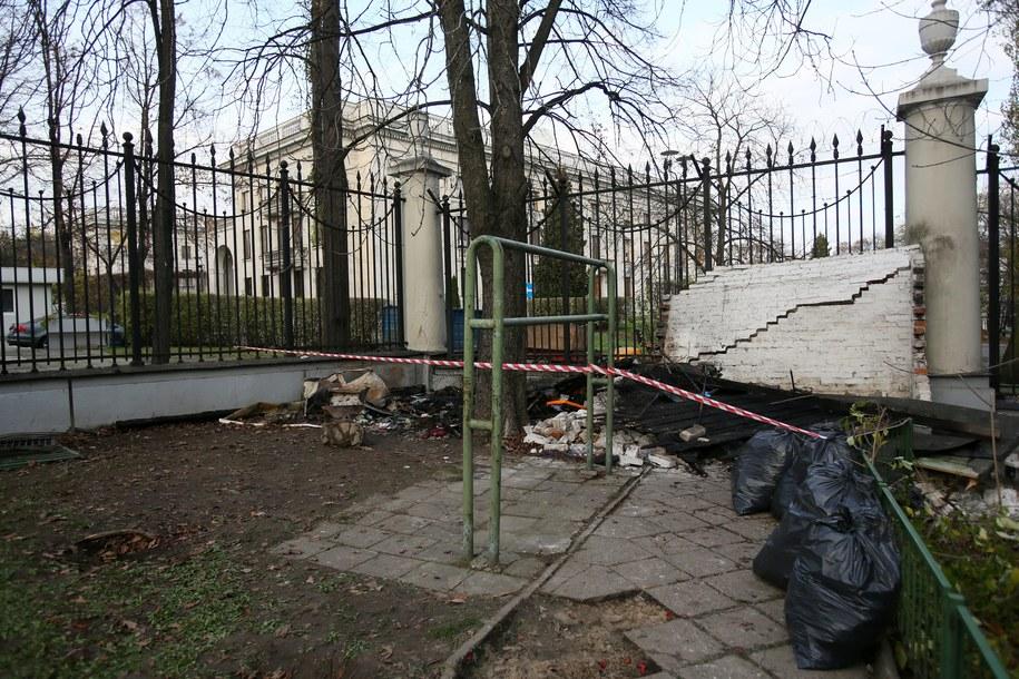Spalona budka przed ambasadą Rosji w Warszawie /Leszek Szymański /PAP
