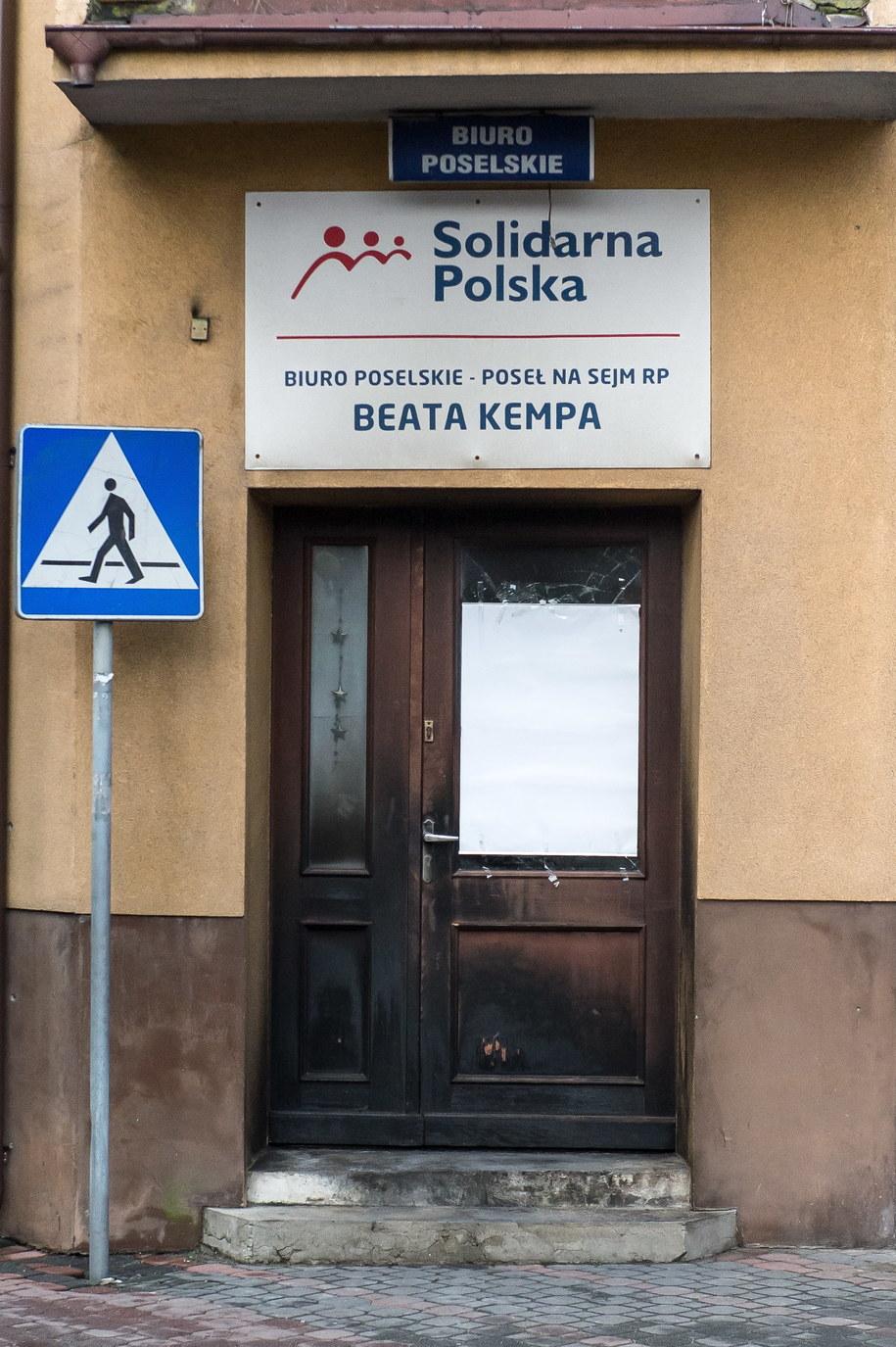 Spalone drzwi wejściowe do biura poselskiego Beaty Kempy w Sycowie /Maciej Kulczyński /PAP