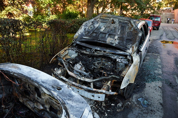 Spalone samochody przy ul. Tarasy w gdańskiej dzielnicy Suchanino /Adam Warżawa /PAP