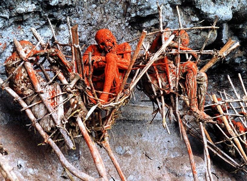 """Spalone zwłoki """"obserwują"""" wioskę z bambusowych koszy, zawieszonych na skalnym zboczu /Getty Images/Flash Press Media"""